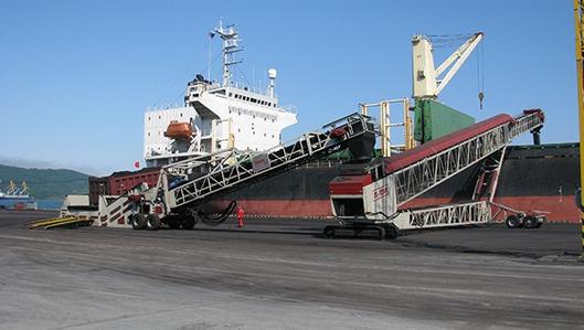 Sistema de carga con descargador de camión y cinta telescópica